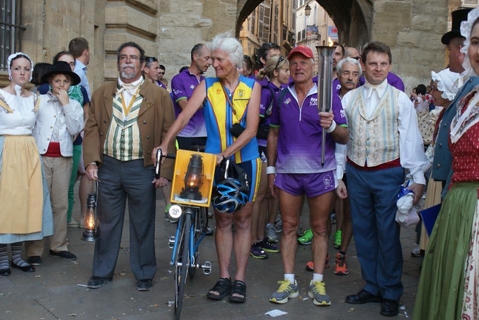 Arrivé de la flamme par le speedy club de Venelles, UC Luynes et les Cyclotouristes d\'Aix
