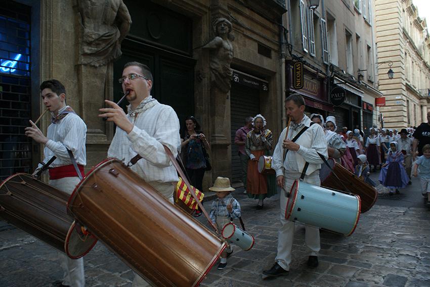 défilé dans les rues d\'Aix